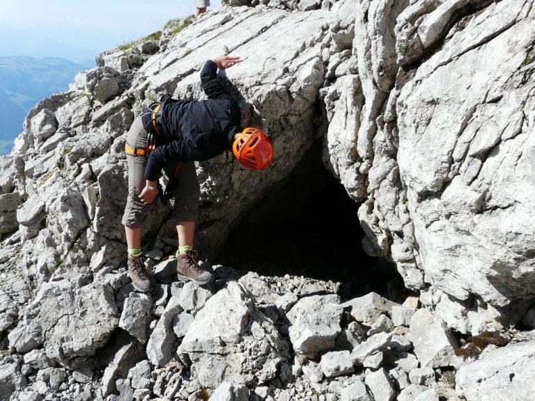 montañista revisando una cueva