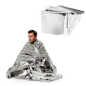 hombre usando manta termica